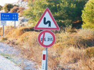 Se muestra una señal de prohibido adelantar diferente a la de España.