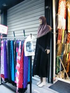 un maniquí representa a una mujer turca con velo