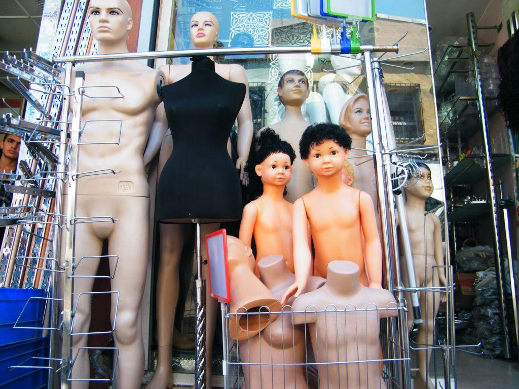 Personas tratadas como si de maniquíes se tratara en las guerras o conflictos/ Istanbul. J.M