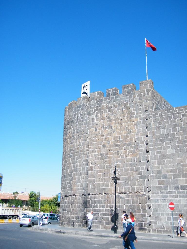 bandera turca y retrato de Atatürk en Diyarbakir