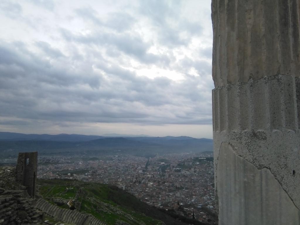 Desde las ruinas se avista Bergeman. El viento golpea en la cara. Las nubes se sienten cercanas. /Bergeman. Izmir. J.M