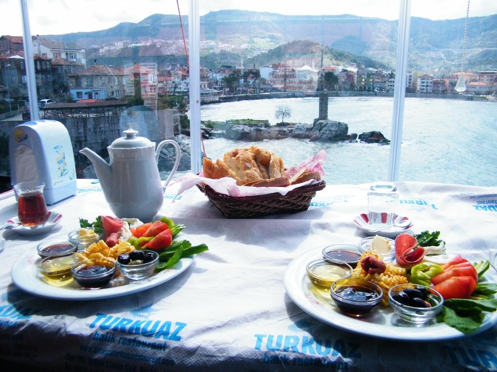 desayuno turco frente al mar