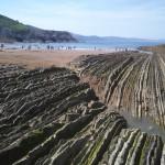 Zumaia, la playa que recuerda a los dinosaurios de los Derechos Humanos