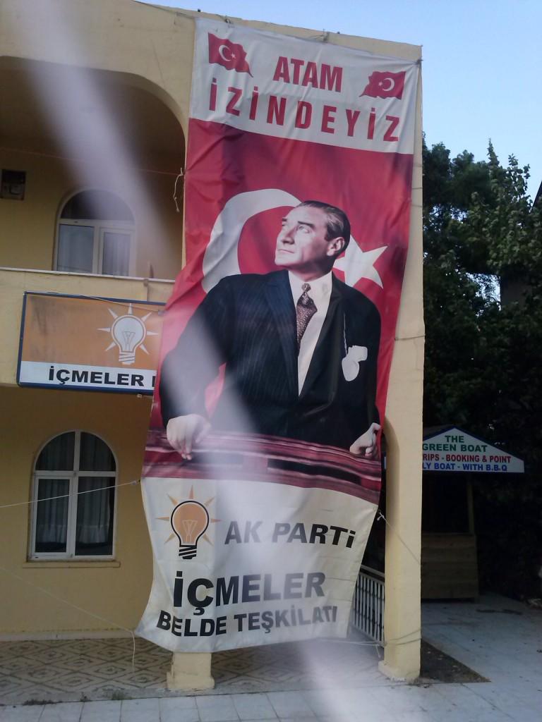 Imagen extraña de Atatürk en una delegación del AKP