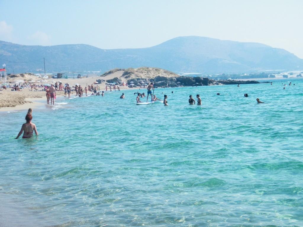 extensión impresionante del agua transparente de la playa de Falasarna en Creta