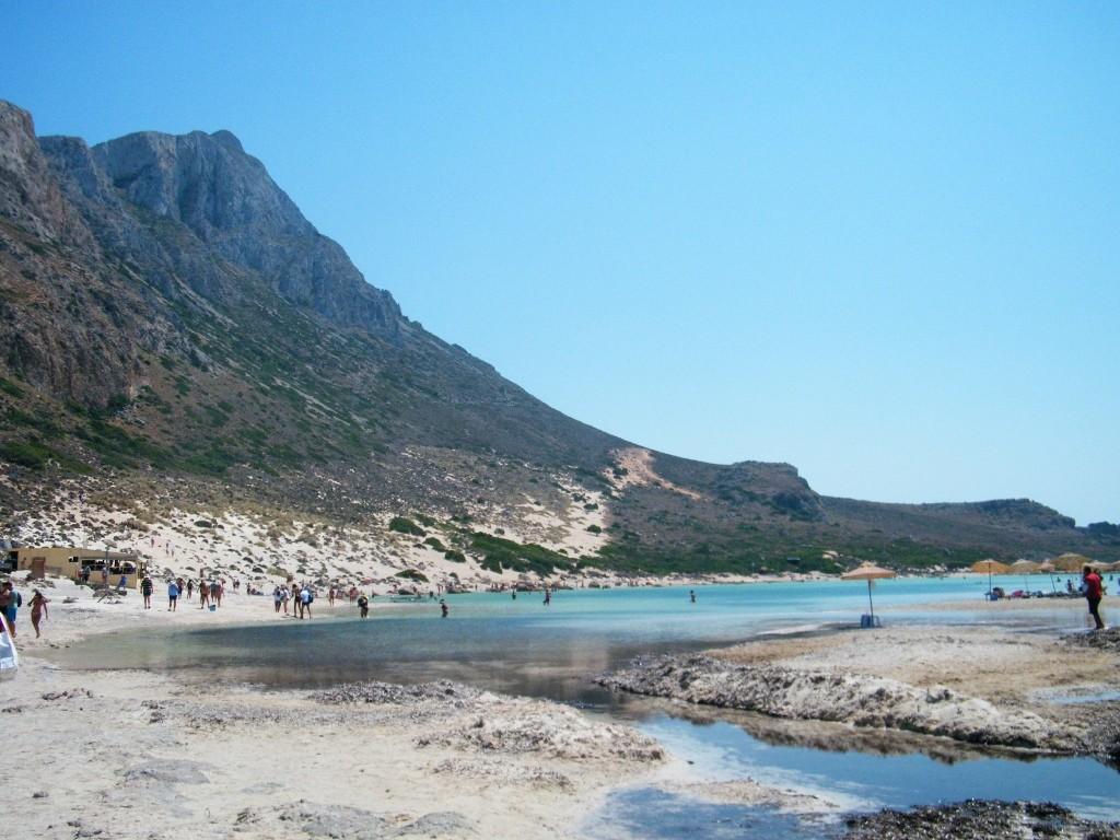 Montañas que dan la espalda a la playa de Gramvousa en Creta