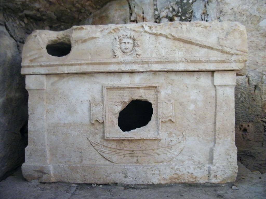 saqueo de oro en tumbas en las ruinas de Olympus