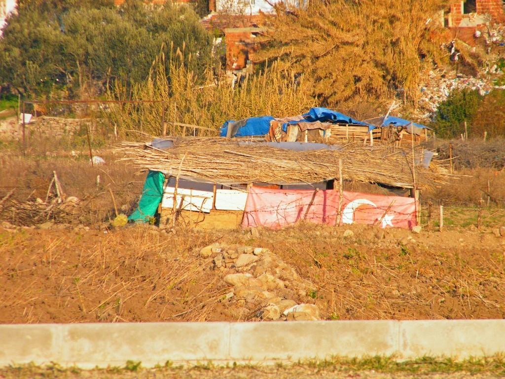Bandera turca en una chavola