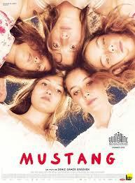 mujer en la película Mustang