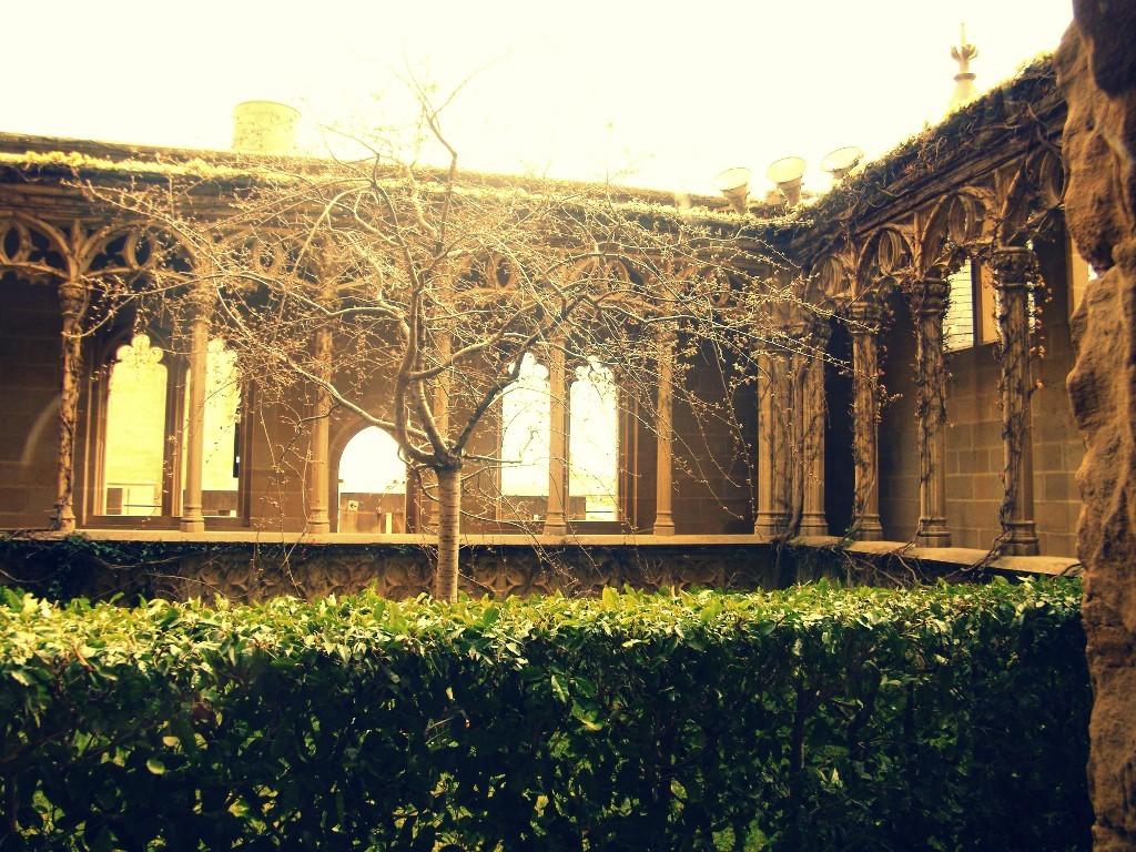 jardines donde pasear en el castillo de Olite de Navarra