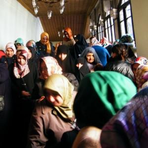mujeres a la salida de Estambul en Turquía
