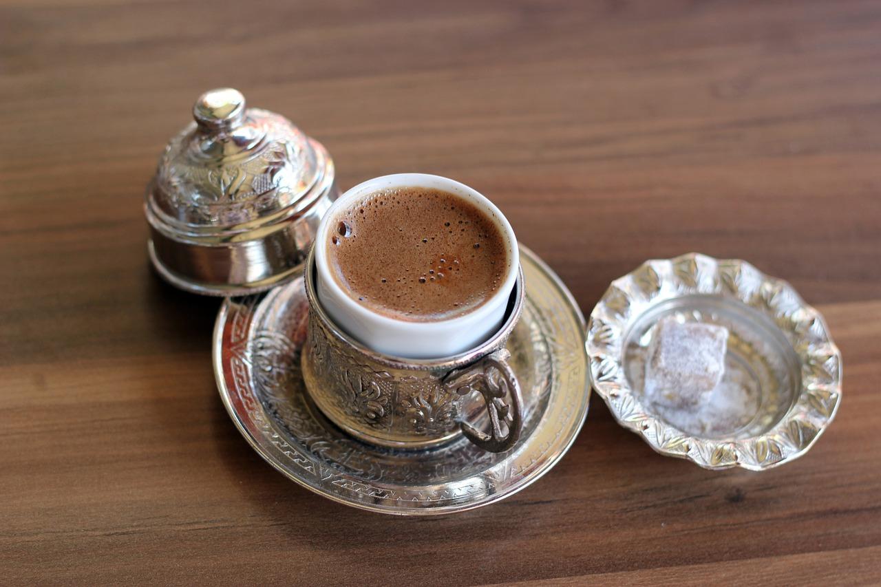 El café turco se bebe enseguida, en dos o tres sorbos, y suele acompañarse de turkish delight.