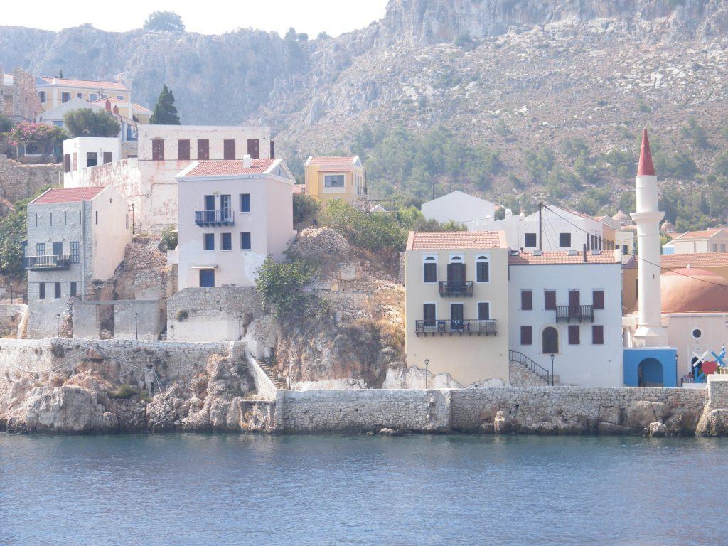 Vista de la ciudad griega Kastellorizo a la que se accede en apenas una hora en ferry desde Kas, localidad situada en el Egeo turco // J.M. Grecia