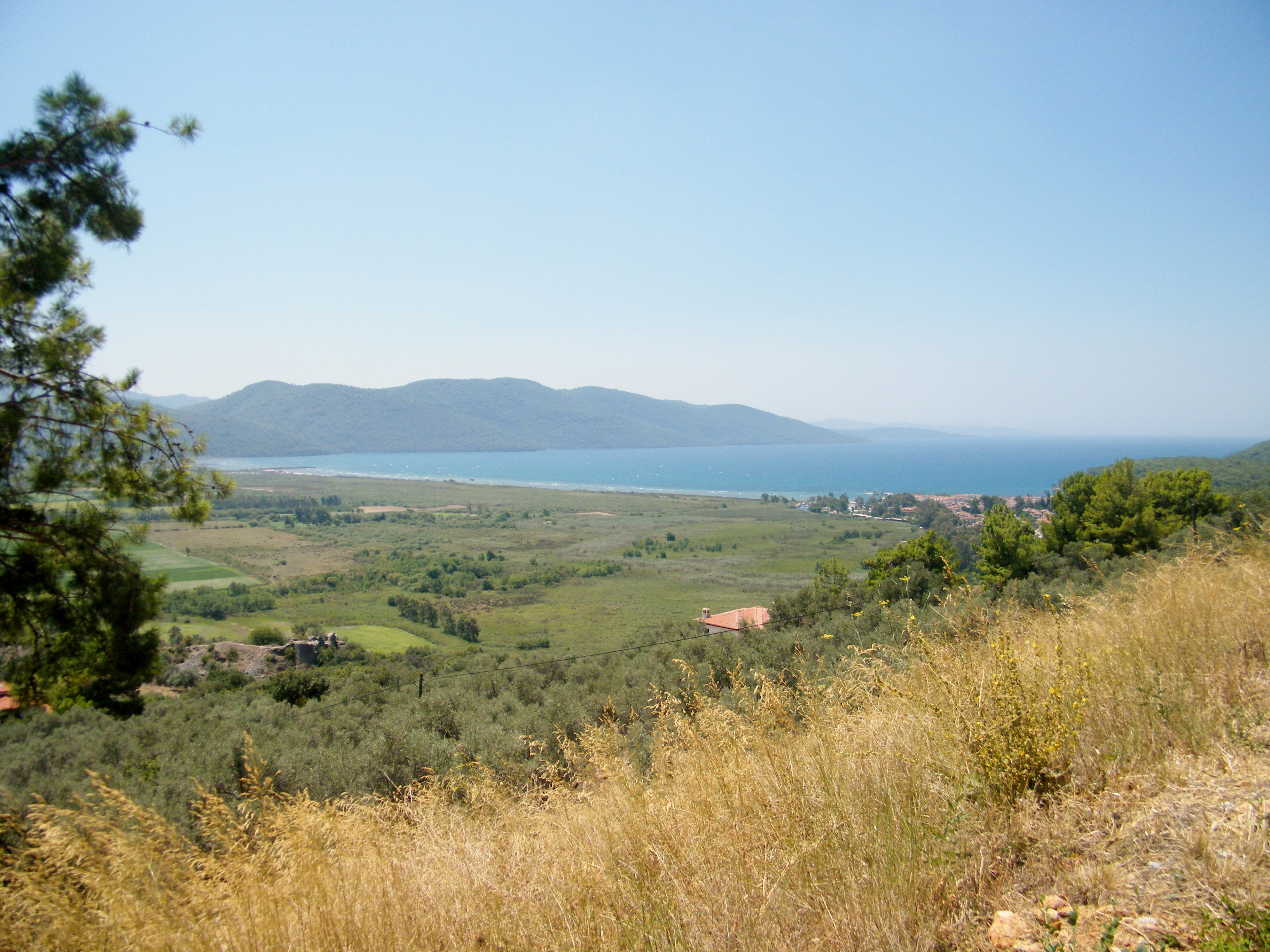 Vista desde lo alto del pueblo de la inmensidad de la playa de Akyaka en el Egeo turco / J.M Akyaka en el Egeo turco