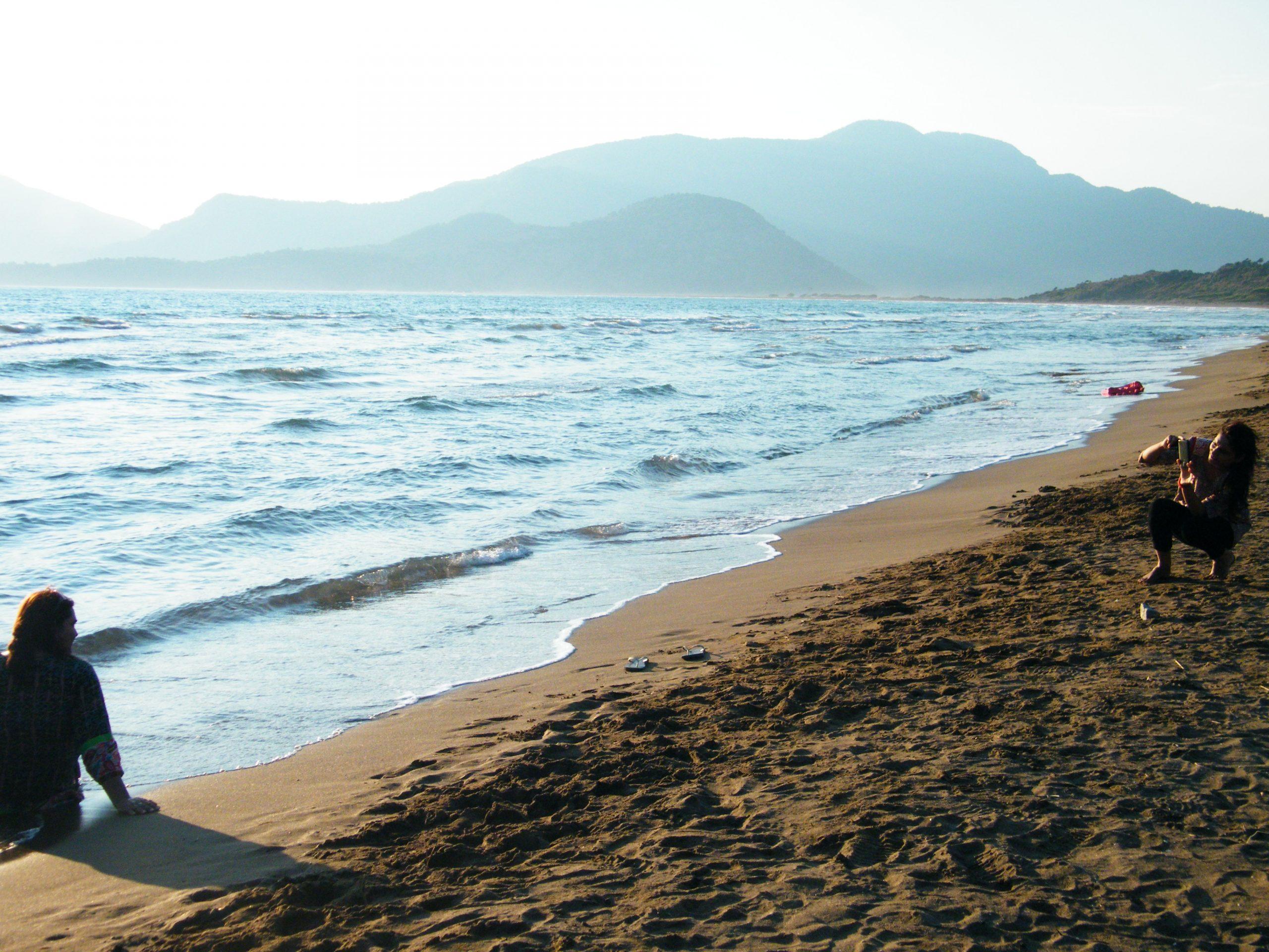 Image for ¿Qué pueblo del Egeo Turco tiene en una de sus playas un centro de protección y conservación de tortugas marinas?